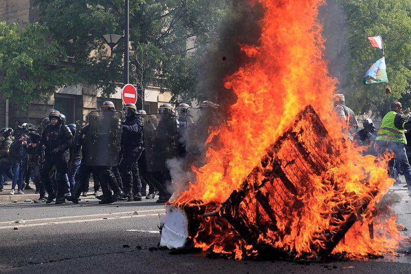 Altri scontri tra polizia e manifestanti, a Parigi