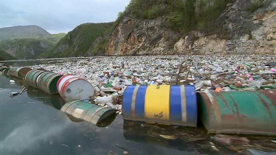 رودخانه مملو از پلاستیک و زباله درینا در بوسنی