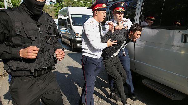 Задержание участника акции протеста 1 мая в Алматы.