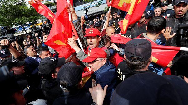 Rangelei zwischen türkischer Polizei und Demonstranten