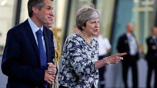 Theresa May demite ministro da Defesa