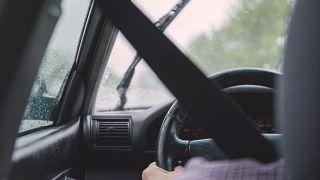 فيديو.. رجل يتعلق بسيارة سيدة لمنعها من التحرك في دبي.. والشرطة تكشف التفاصيل