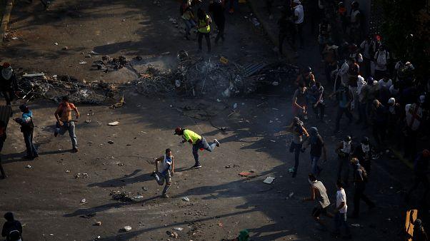 Βενεζουέλα: Νεαρή γυναίκα νεκρή στις διαδηλώσεις - Σε γενική απεργία καλεί ο Γκουαϊδό
