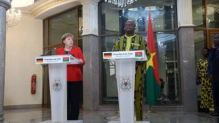 Angela Merkel visita países da África Ocidental