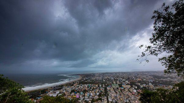 Hindistan, siklon tehlikesi yüzünden 800 bin kişiyi tahliye etmek için alarma geçti