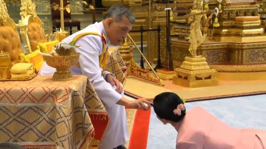 """شاهد: ملك تايلاند يتزوج من """"الجنرال"""" المسؤولة عن حراسته الشخصية والعروس تزحف أمامه"""