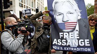 """Proteste vor dem Londoner Gericht; """"Free Assange""""-Plakat"""