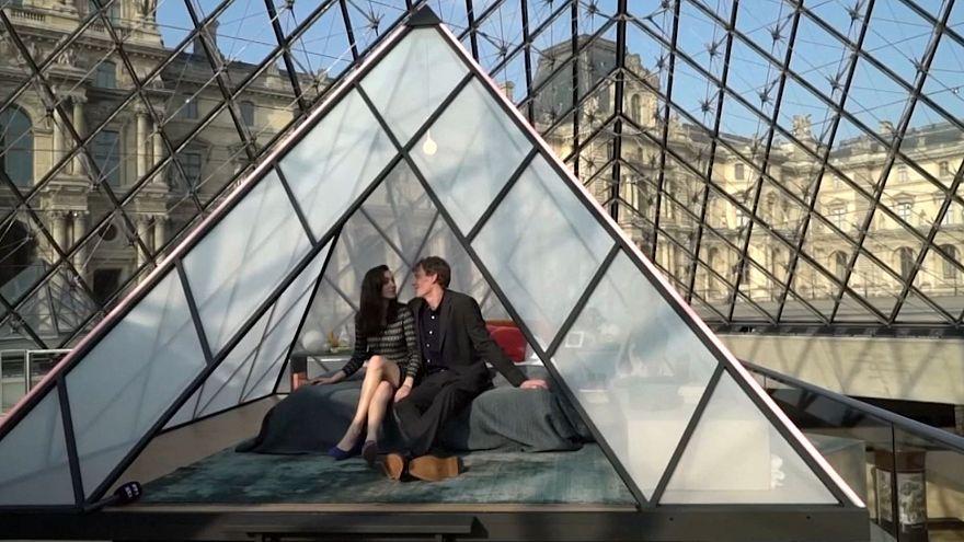 Coppia vince concorso Airbnb e passa una notte al Louvre
