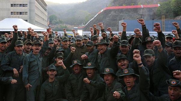 Maduro, rodeado de militares, pide desarmar a los traidores y golpistas