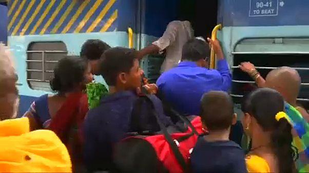 Százezreket evakuálnak Indiában