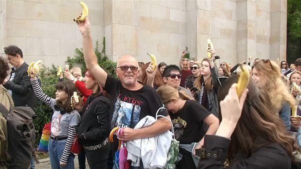 Массовое поедание бананов в защиту свободы творчества