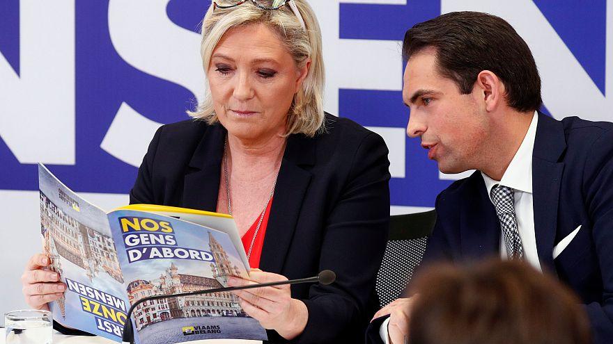 Dans la course aux élections européennes, le Pen et Macron sont au coude à coude