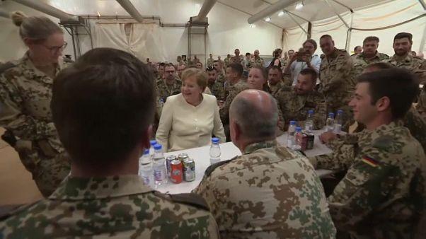 Merkel senta-se à mesa dos soldados no Mali