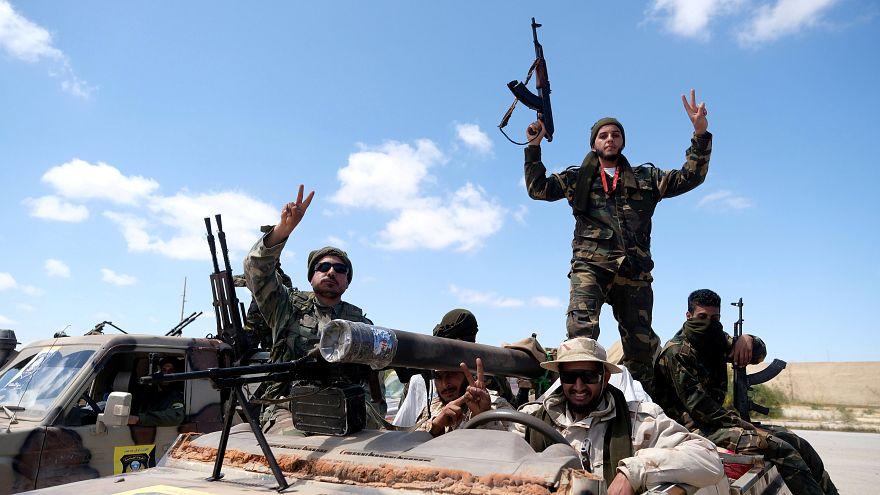 أفراد من قوات شرق ليبيا لدى خروجهم من بنغازي باتجاه طرابلس