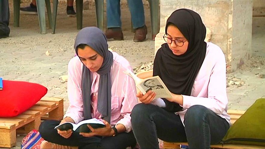شاهد: بنغازي تقرأ تحت الأنقاض