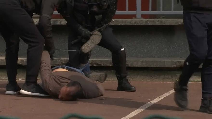 الشرطة الفرنسية تقيد متظاهرا شارك في احتجاج الأول من أيار