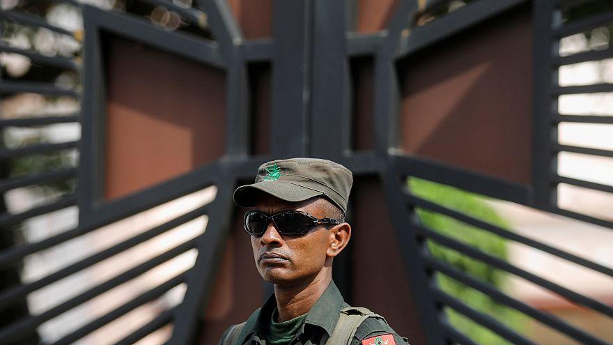 جندي يحرس كنيسة في جزيرة بسريلانكا يوم الخميس. تصوير: دانيش صديقي - رويترز