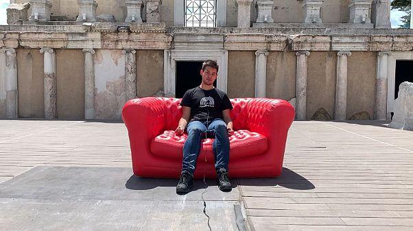 مبل قرمز یورونیوز در بلغارستان؛ شهروندان از وضعیت اقتصادی شکایت میکنند