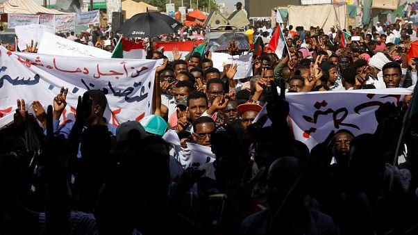 حشود غفيرة تنضم للاعتصام خارج وزارة الدفاع السودانية
