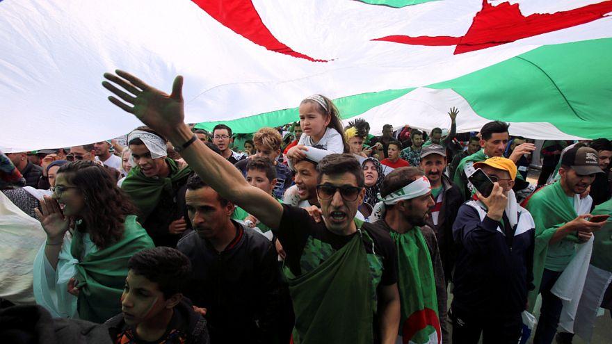 شاهد: الجزائريون يخرجون مجددا إلى الشوارع للمطالبة برحيل النخبة الحاكمة
