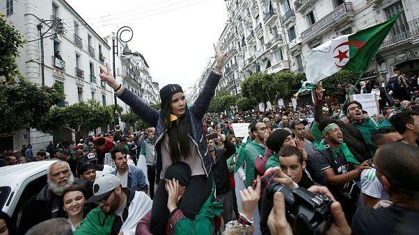 صدها هزار الجزایری خواستار برکناری رئیسجمهور و نخستوزیر موقت شدند