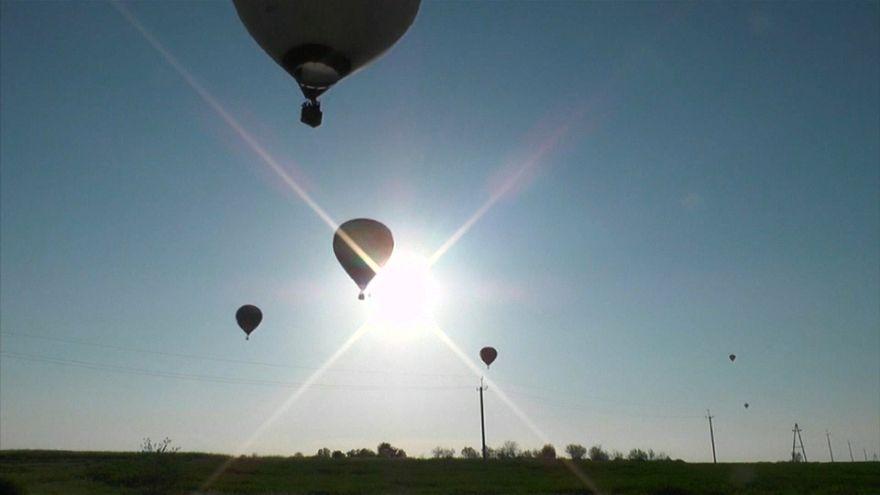 شاهد: مناطيد الهواء الساخن تحلق فوق سهول القرم الخضراء