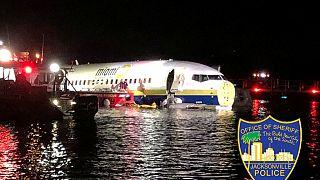 ABD'de pistten çıkan Boeing uçağı nehre düştü