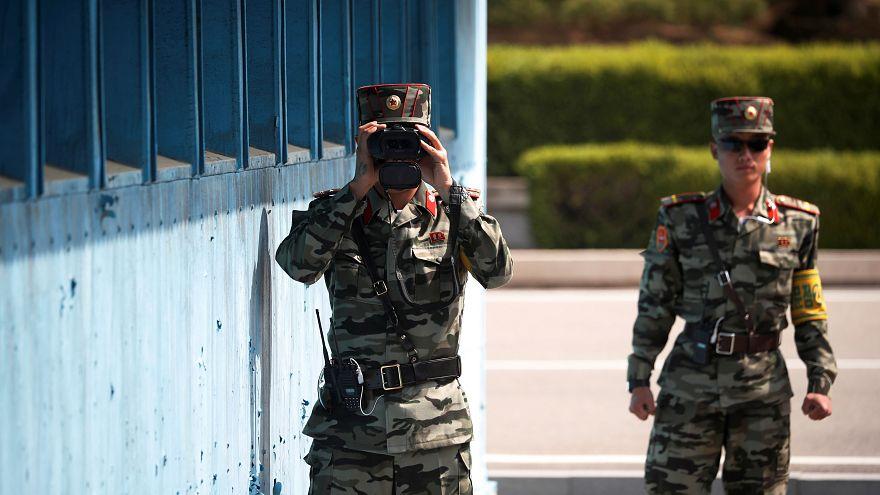 ضابطان في جيش كوريا الشمالية