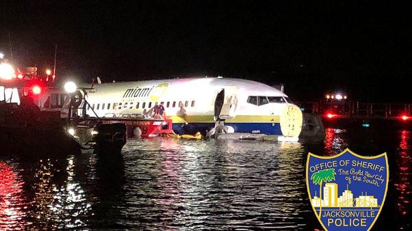 صورة للطائرة التي انزلقت نحو النهار خلال محاولة الهبوط