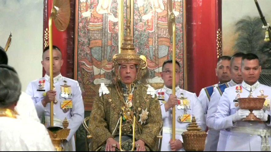 7,3 kilogrammos a thai király koronája