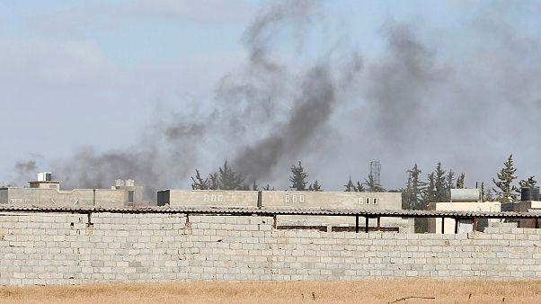 الدخان يتصاعد من أحد جبهات القتال في ليبيا