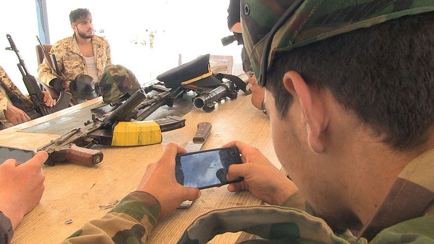 Libya'da askerler cephedeki savaşa telefon oyunu ile hazırlanıyor