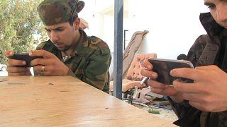 "مقاتلان من قوات مصراتة يلعبان ""ببجي"""