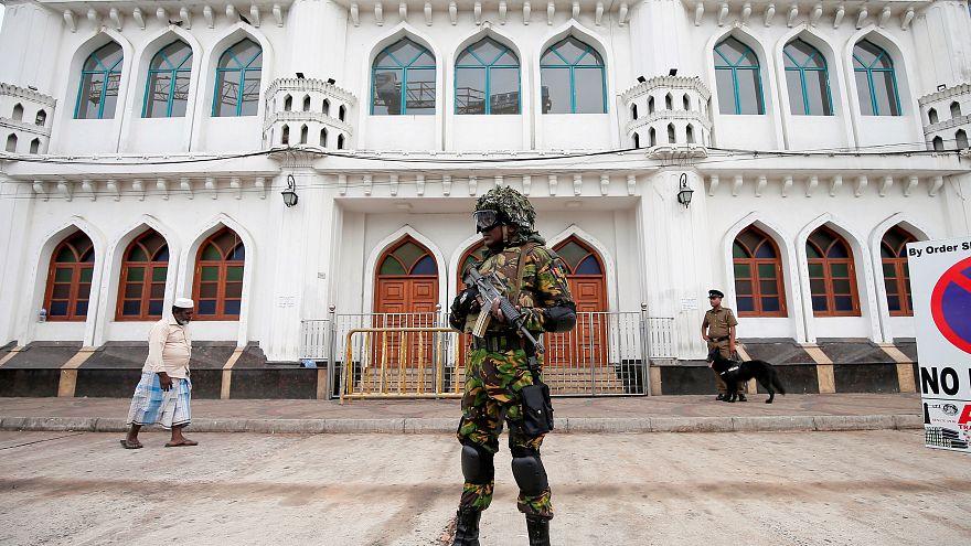 جندي سريلانكي من القوات الخاصة يقف أمام مسجد في العاصمة كولومبو