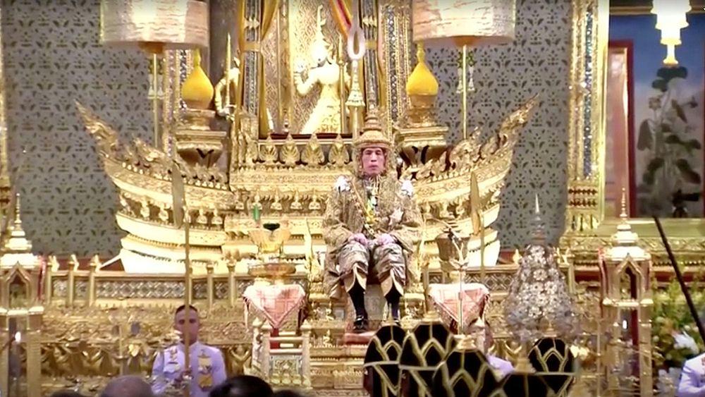Tayland kralı Budizm ve Brahmanizm inançlarına göre kutsanmış suyla yıkandı