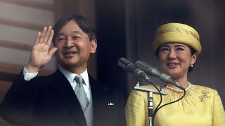 Japonya'nın yeni imparatoru Naruhito sarayın balkonundan halkı selamladı