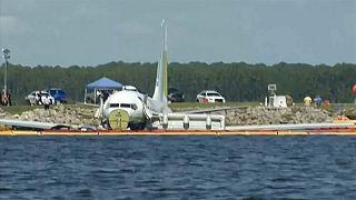 Avião com 143 pessoas a bordo acaba num rio