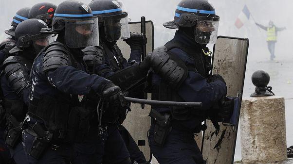 Paris'te eylemcinin pantolonuna cop sokan polis hakkında soruşturma