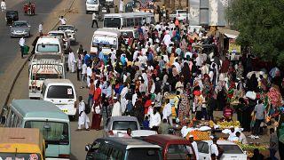 السودان يواجه أزمة وقود وتفاقم أزمة السيولة