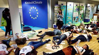 """نشطاء من مجموعة """"تمرد انقراض"""" في مقر المفوضية الأوروبية في بروكسل"""
