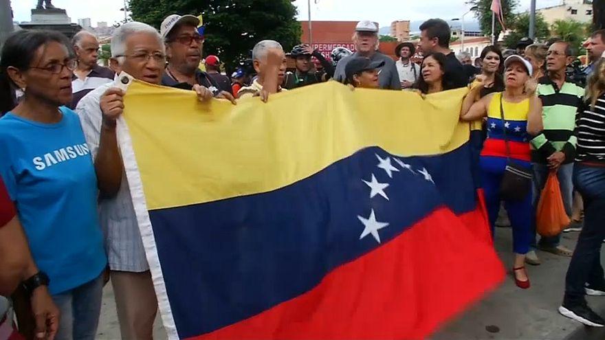 Guaidó no logra llevar su mensaje a los militares, Maduro sí