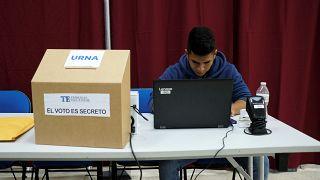 أحد الموظفين إلى جانب صندوق اقتراع في بنما