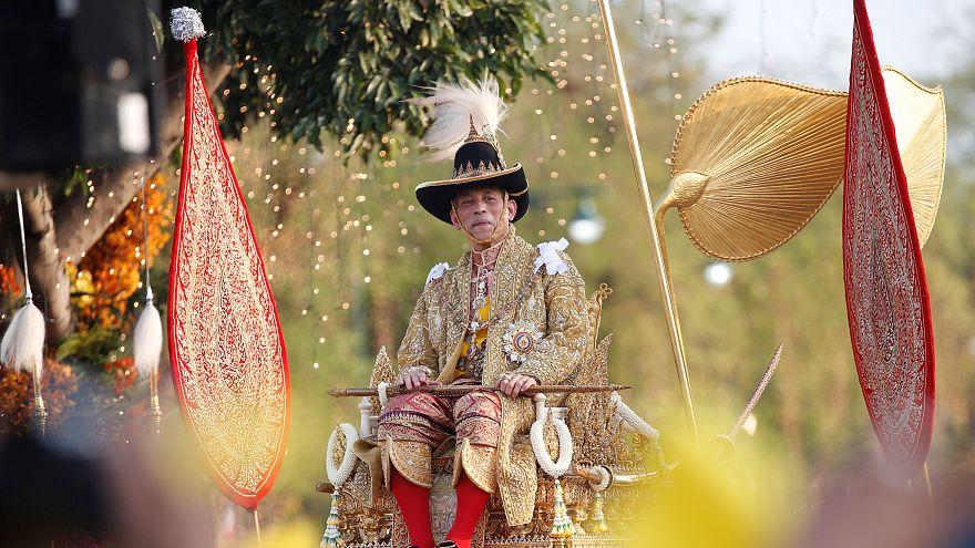 شاهد: موكب ملك تايلاند الجديد في شوارع بانكوك