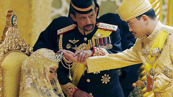 Brunei, eşcinsel ilişkiye ve zinaya getirdiği recm cezasını erteledi