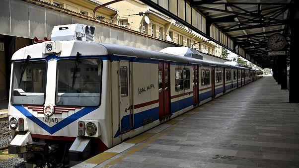 Tren raylarına atlayan kadın son anda kurtarıldı