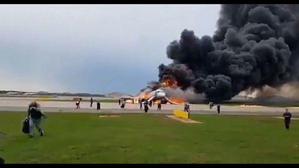 Fogo num avião da Aeroflot faz pelo menos 13 mortos