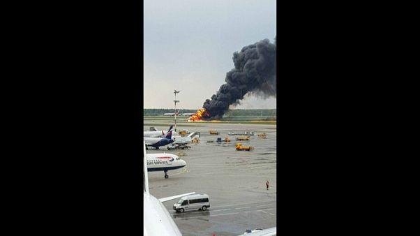 Aereo in fiamme a Mosca, 13 morti e feriti gravi