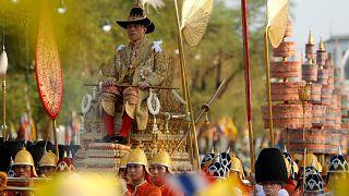 ویدئو؛ دستهروی پادشاه جدید تایلند در خیابانهای بانکوک