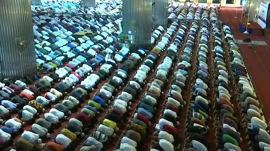 نماز جماعت در اندونزی به مناسب آغاز ماه رمضان