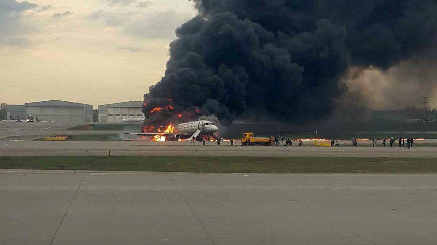 Avião do voo SU1492 em chamas após aterragem de emergência em Sheremetyevo